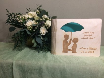 Nevěsta s ženichem pod seštníkem - Svatební fotoalbum