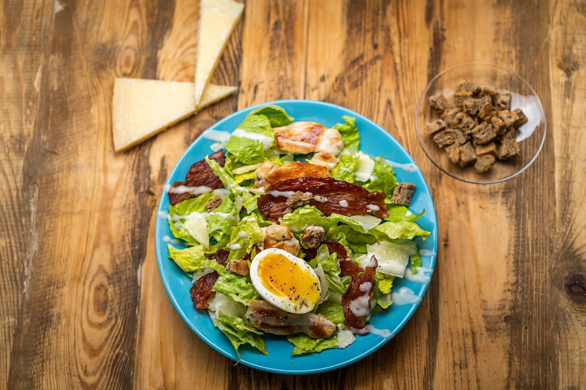 Caesar salát s nízkokalorickým dresinkem a kuřecími plátky