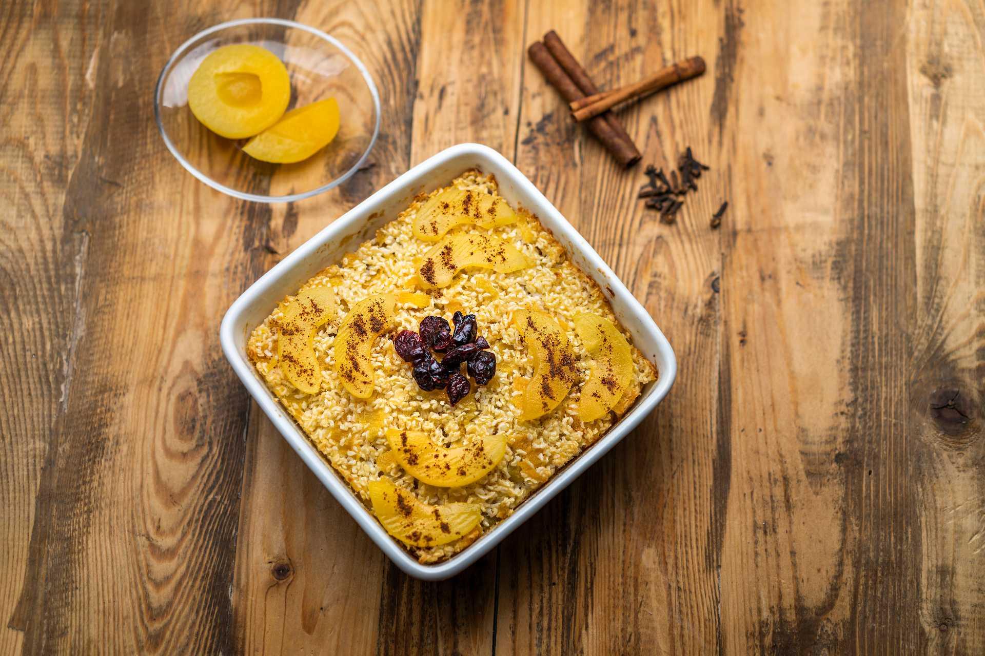 Meruňkový rýžový nákyp s brusinkami a skořicí
