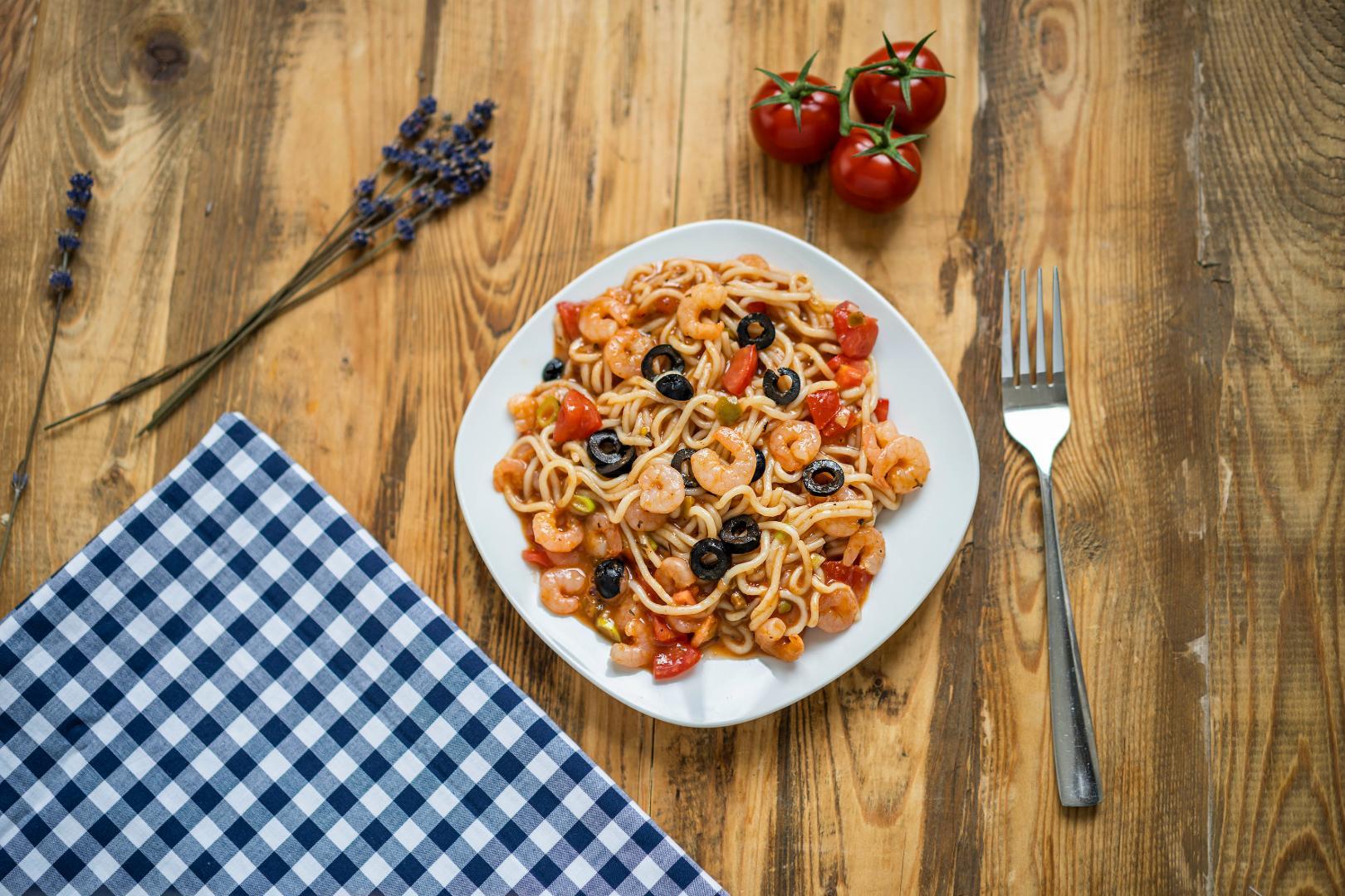 Italská Mediterranea s krevetami a černými olivami
