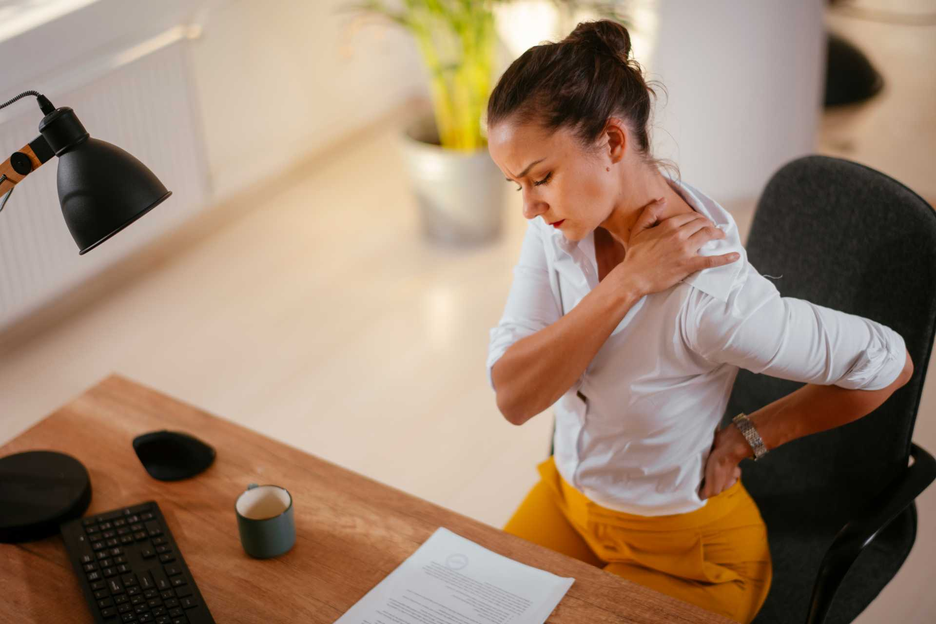 Sedavé zaměstnání či pohybový deficit? Víte, co může způsobit bolesti zad?