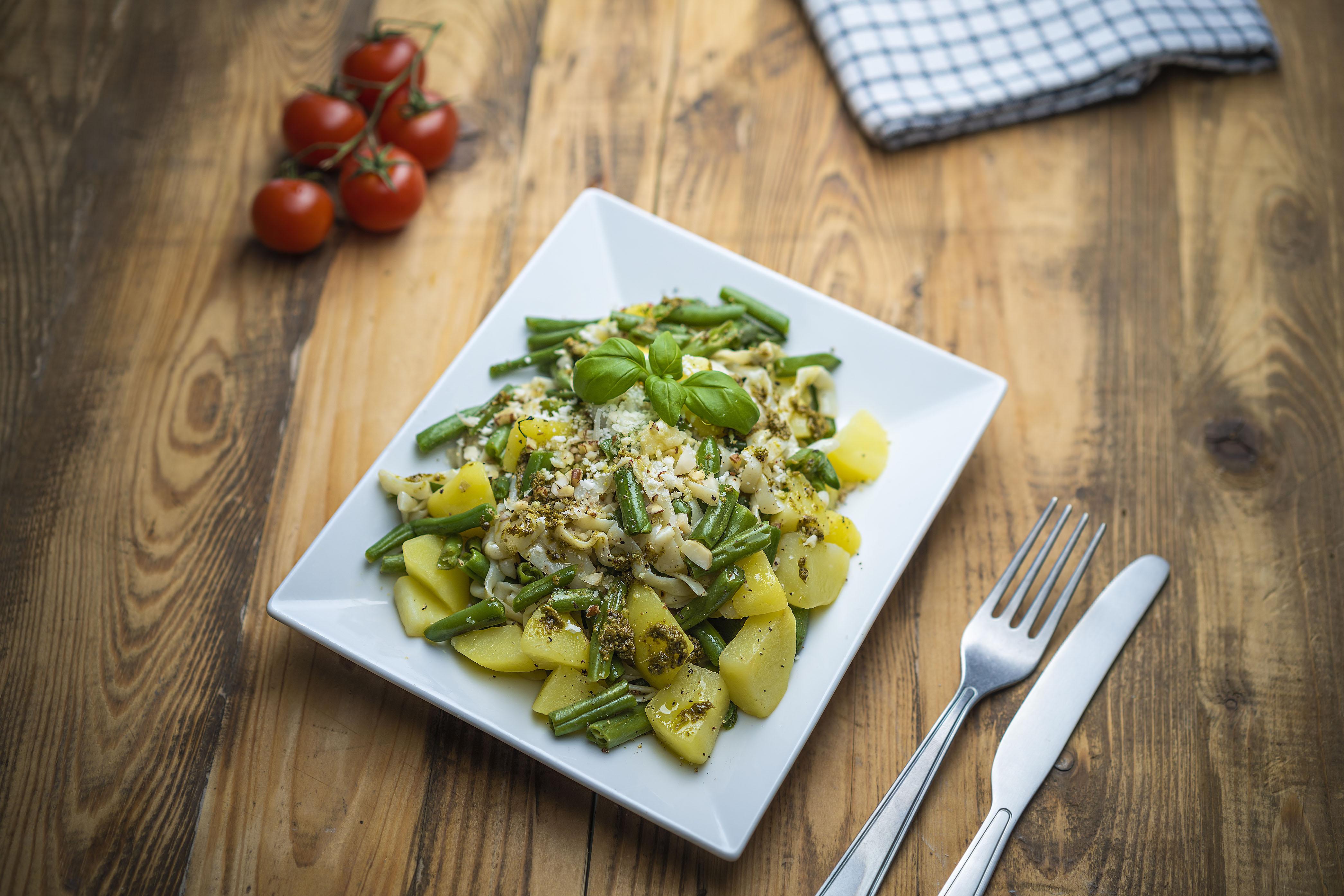 Fettuccine s pestom, zemiakmi a zelenými fazuľkami
