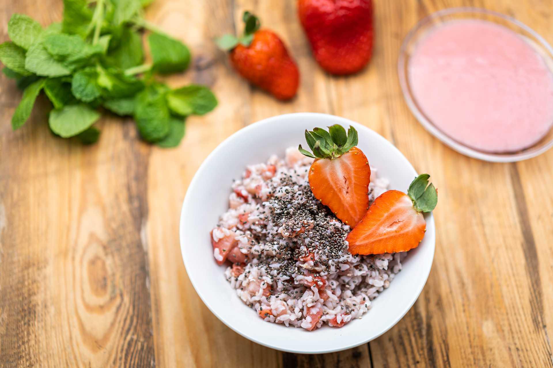 Ryžová kaša s jahodami a chia semienkami