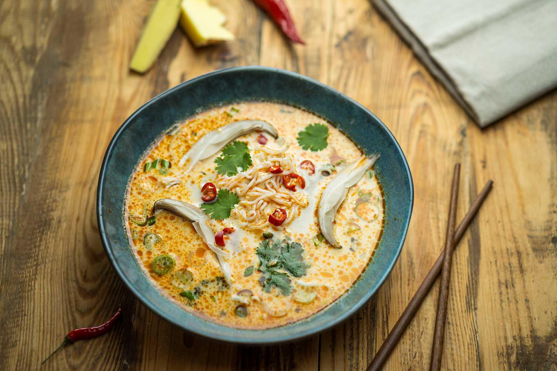 Kokosová karí polievka s hlivou ustricovou a rezancami
