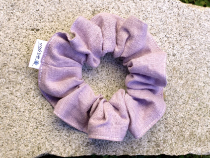Lněná gumička Scrunchie fialová lila 5 cm