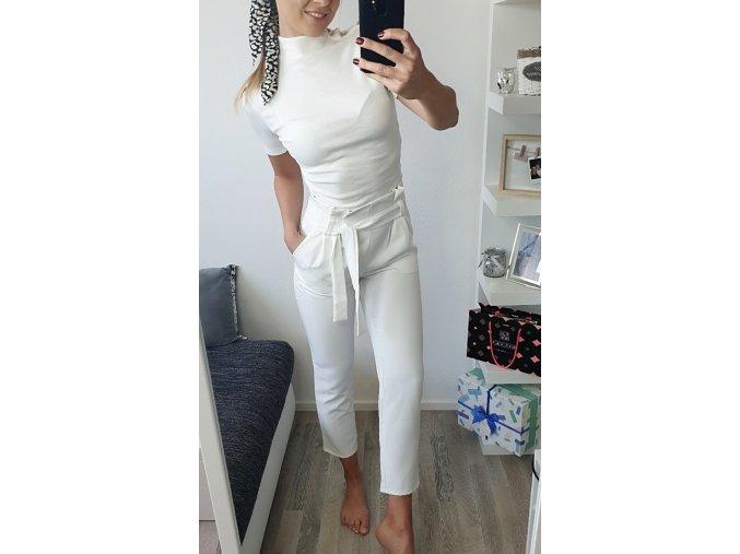 Elegantné biele vyvýšené nohavice