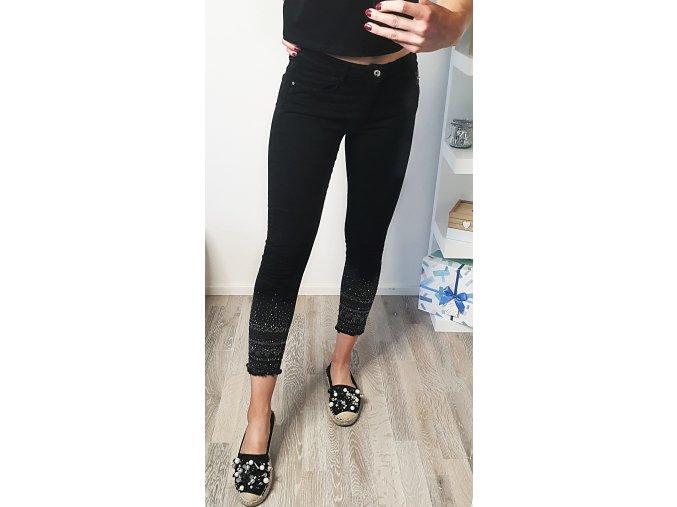 Čierne kamienkové trojštvrťové nohavice