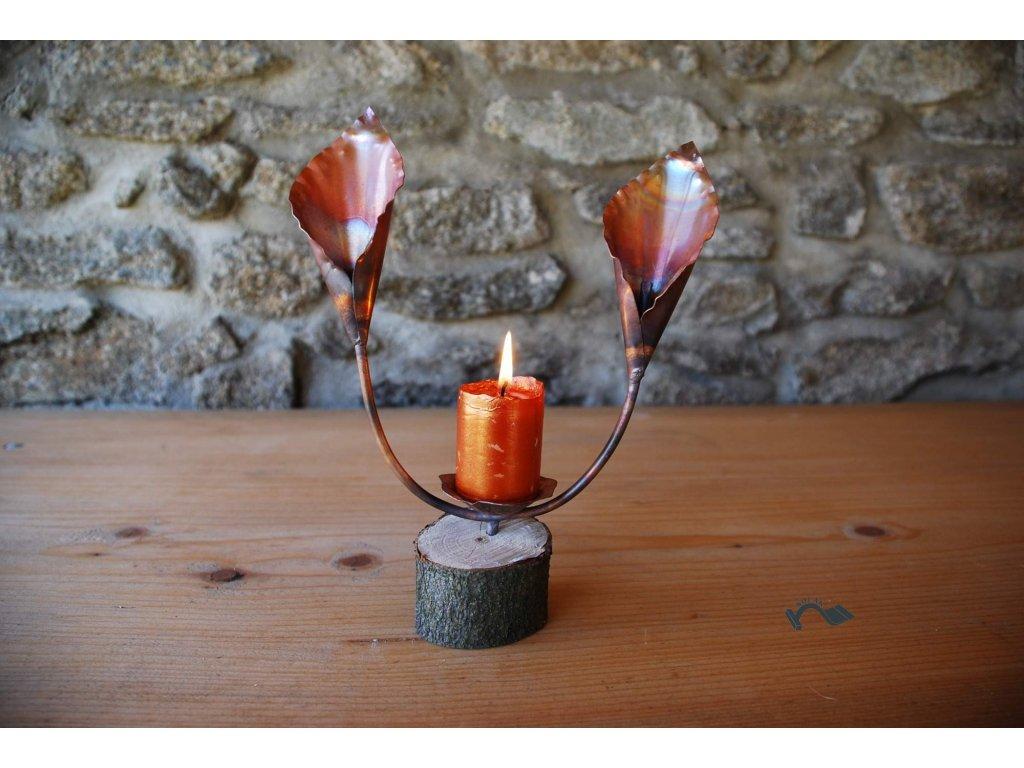 Svícen dvě lilie kala na špalíku