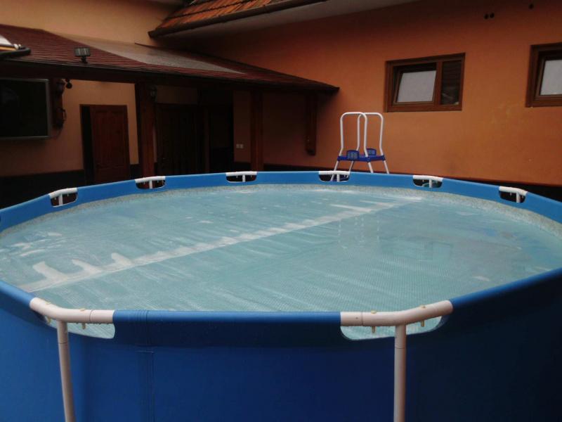 Bazén s průhlednou solární plachtou Cornisun