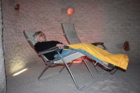i senioři relaxují v solné jeskyni Letňany