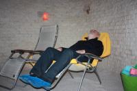 Dospělí relaxují v solné jeskyni Letňany