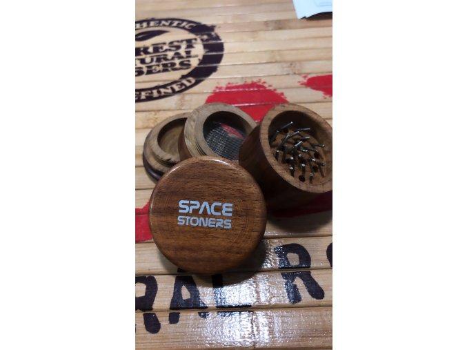 Dřevěná čtyřdílná drtička Space Stoners