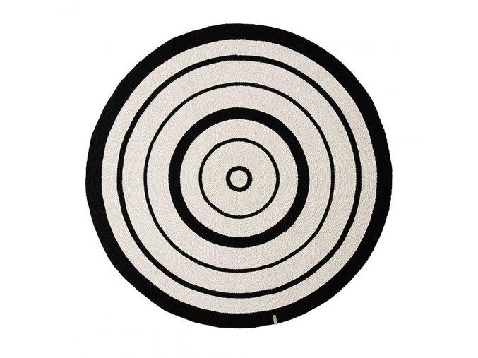 Koberec s černobílými kruhy