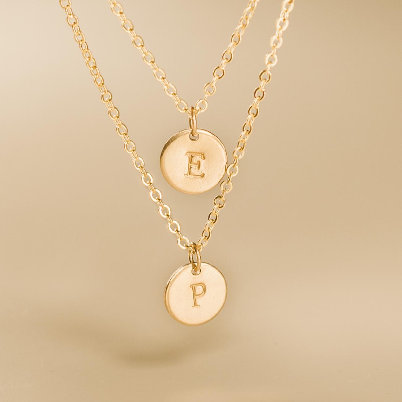 Dvojitý náhrdelník s ražbou písmen
