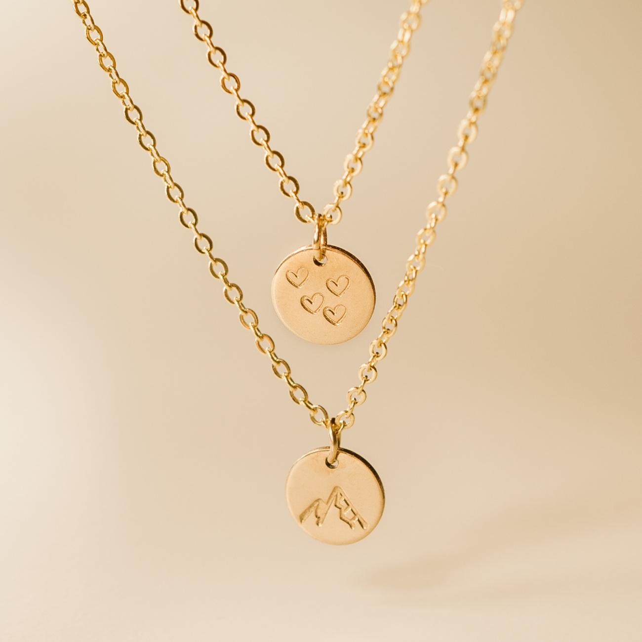 Dvojitý náhrdelník s ražbou symbolů dvojity