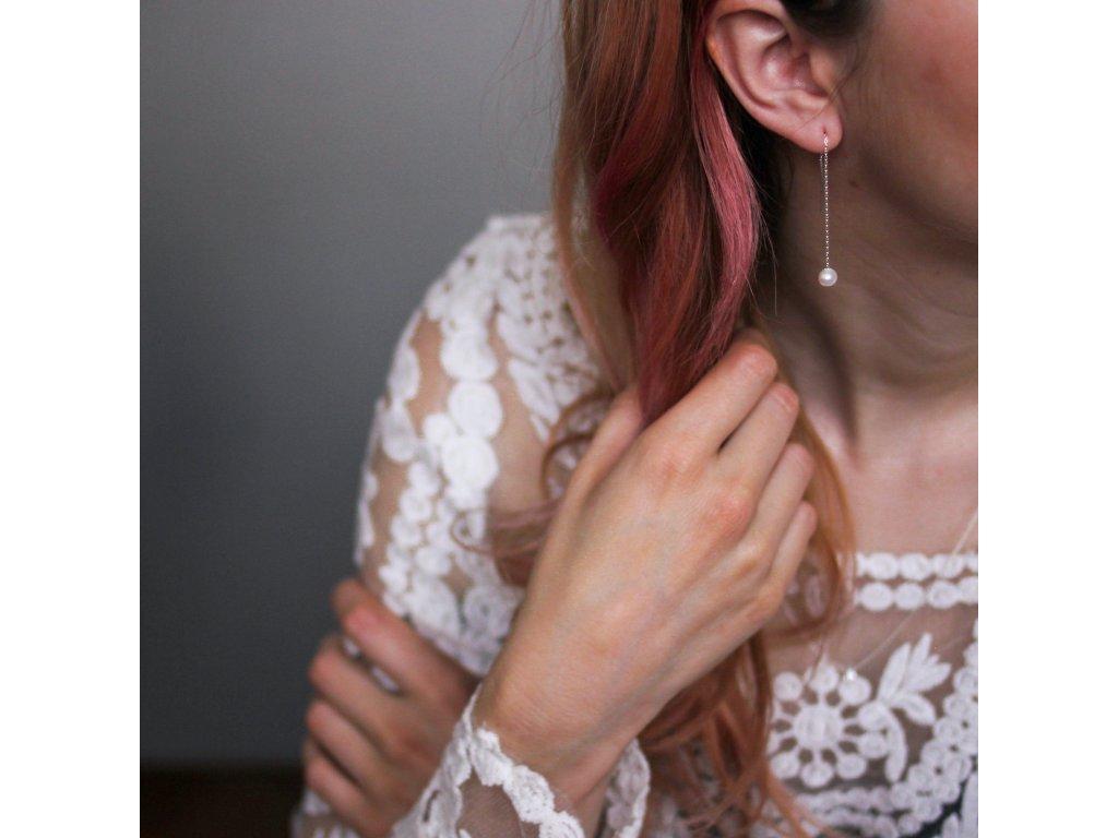 perlové náušnice v uchu