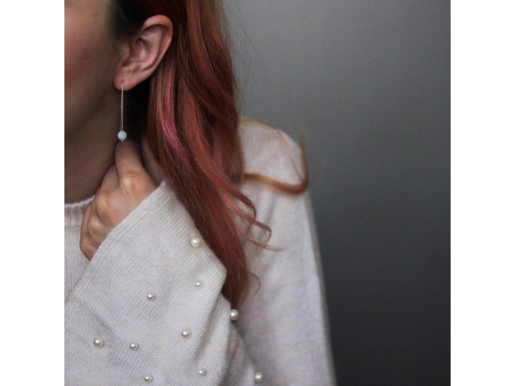 visací náušnice threaders v uchu