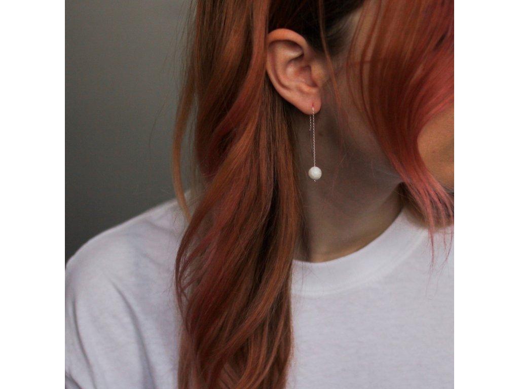 visací náušnice s howlity v uchu