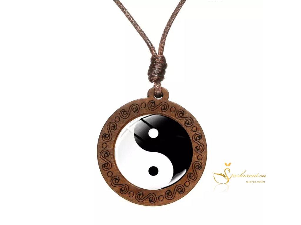 Dřevěný náhrdelník jin a jang.
