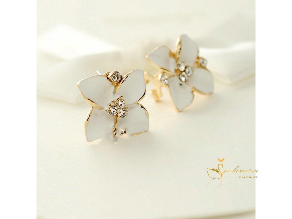 Nádherné náušnice ve tvaru květu. Bílá barva