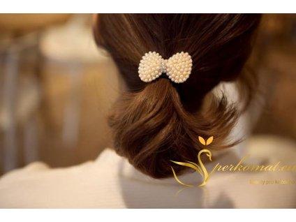 Gumička do vlasů s mašlí prokládanou imitací perel.