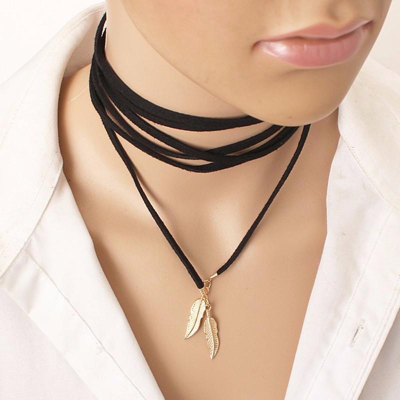 Černá kožená šňůrka. Zlatá koncovka ve tvaru ptačího pera
