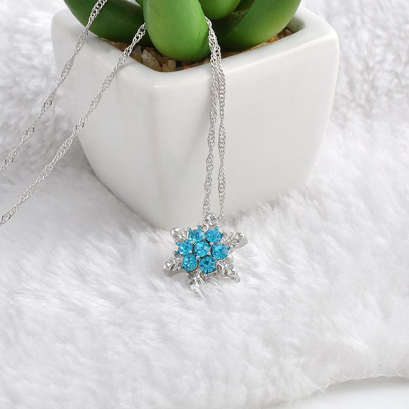Krásný náhrdelník ve tvaru sněhové vločky.
