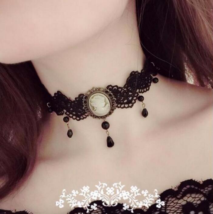 Luxusní vintage náhrdelník (choker) s plastikou ženy.
