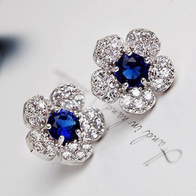 Elegantní modrá květina plná krystalů.