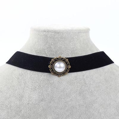 Náhrdelník s perleťovým přívěškem.