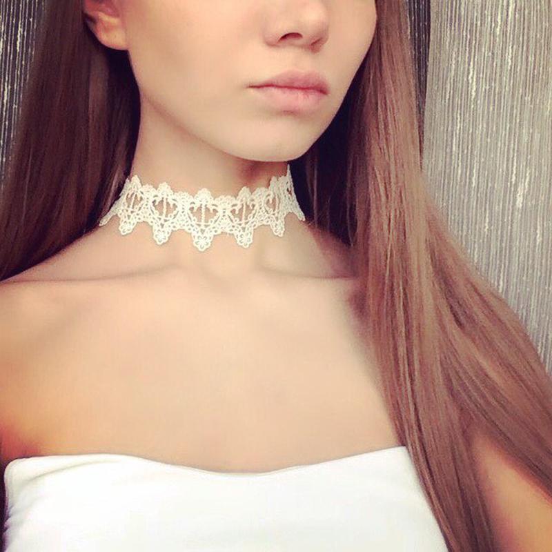 Krajkovaný náhrdelník. Bílá barva