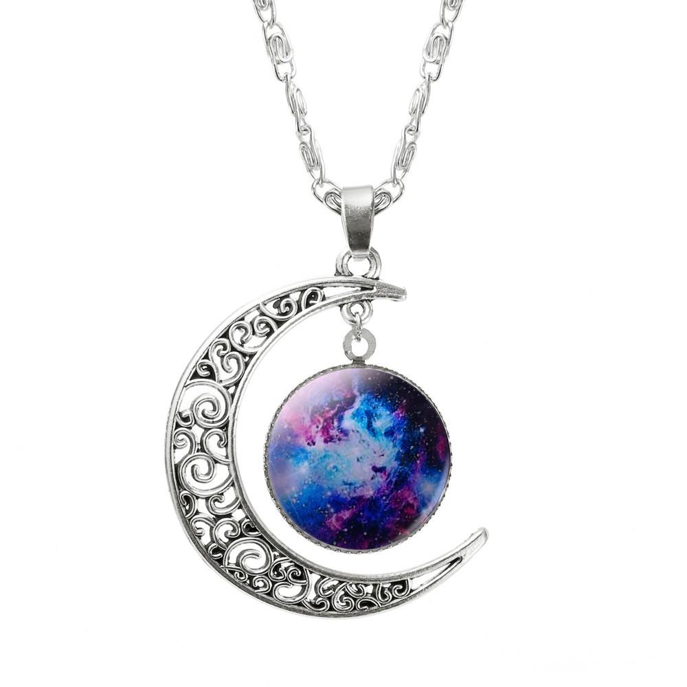 Náhrdelník ve tvaru měsíce s vesmírným objektem uvnitř 4