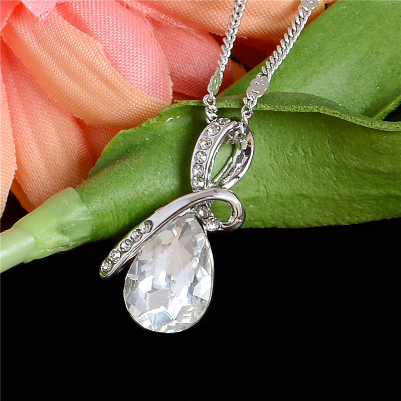 Náhrdelník s krystalem ve tvaru vodní kapky. Bílá