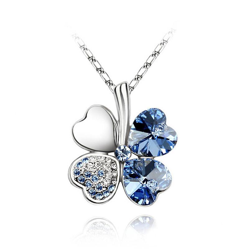 Krásný náhrdeník ve tvaru čtyřlístku. Modrá barva.