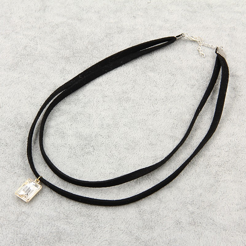 Kožený dvouřadý náhrdelník s přívěškem ve tvaru bílého krystalu