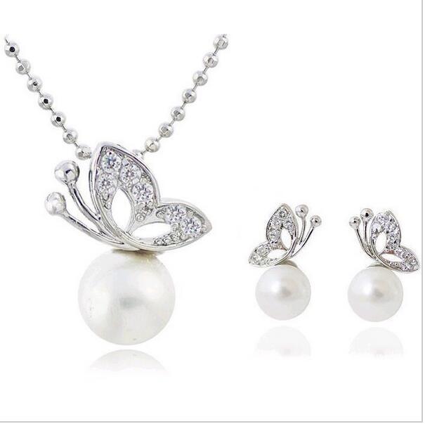 Set motýl sedící na perličce. Náušnice a náhrdelník