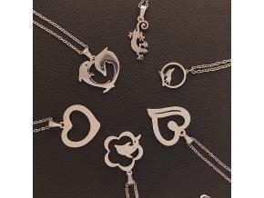 Decentní jemné řetízky s přívěskem z chirurgické nerez oceli 316L - symboly srdíčka a zvířata - delfín, ještěrka, vlk