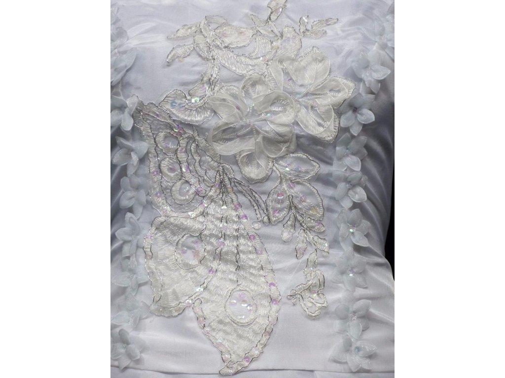81a792cf8bb Bílé dlouhé svatební šaty na hrubší ramínka a vyšívaným topem 1 ...