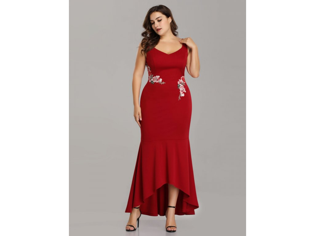 ... Červené společenské šaty s květinovou výšivkou pouzdrové vpředu kratší  3 ... cf7cf5b181