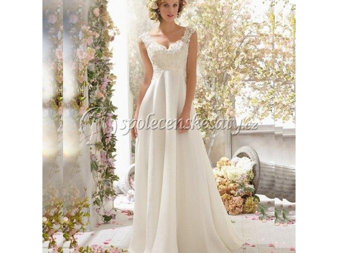 Bílé krajkové splývavé svatební šaty se závojem na zádech