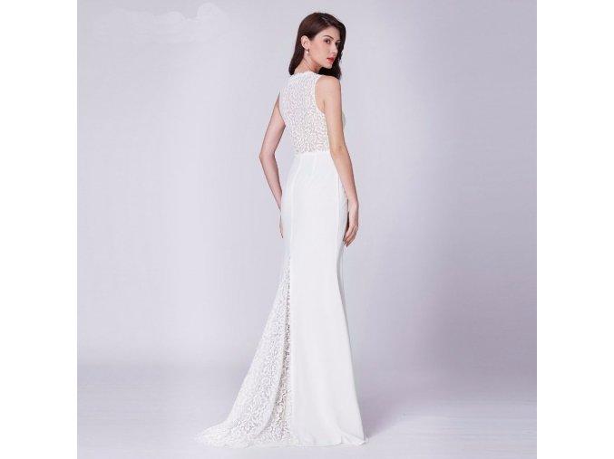 Bílé dlouhé krajskové svatební šaty s krajkovou vlečkou jednoduché 1