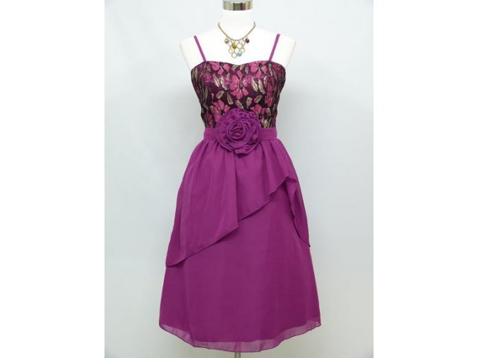 Fialové levné krátké společenské šaty s katkou u pasu C3628a