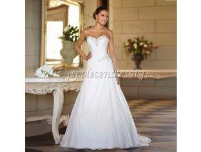 Bílé svatební šaty jednoduché se štrasem a vlečkou