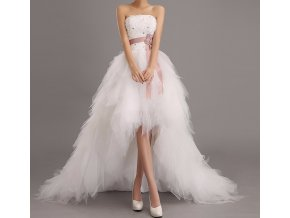 Bílé asymtrické luxusní svatební šaty s dlouhou vlečkou a fialovou stuhou 5