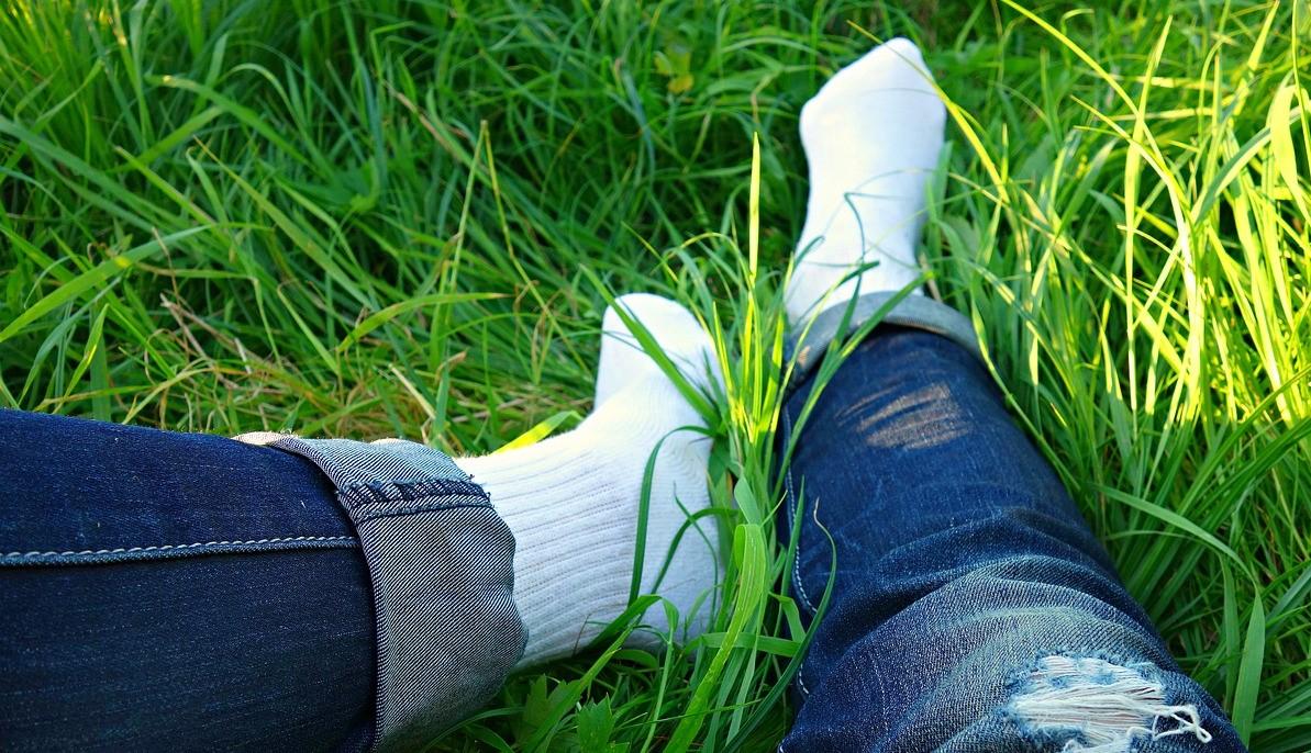 V trávě-ponožky