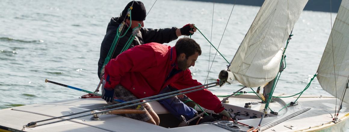 Posádku plachetnice tvoří kormidelník a kosatník