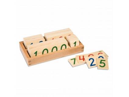 Malé dřevěné karty s čísly od 1 do 9000