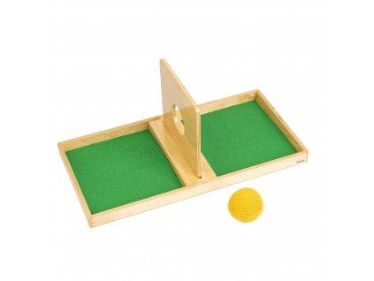 Deska s otvorem k prostrkávání háčkovaného míčku