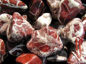 okrasný oblázek mramor žilkovaný červený