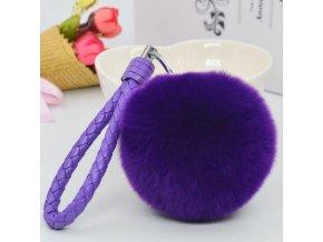 Chlpatý prívesok na kabelku, fialová farba, kožená rukoväť